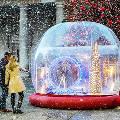 Британец поздравил соотечественников, сделав снежный шар из LEGO