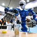 Участников конференции Google коктейлями угощал робот