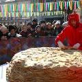 Москвичей на Масленицу порадовали гигантским блинным пирогом