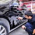 Азербайджанский художник пальцами расписывает грязные машины