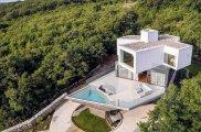 архитектура нестандартный дом угловатая геометрия посреди идиллического пейзажа