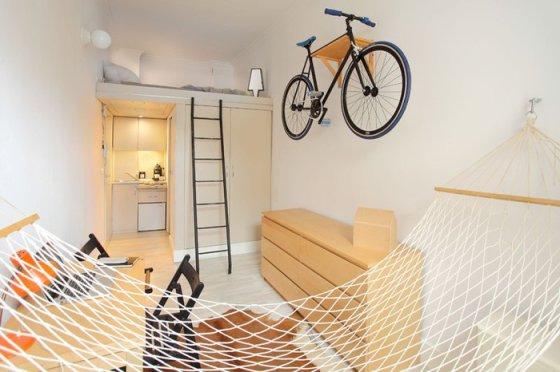 Крошечная квартира на 13-ти квадратных метрах, где есть даже гамак, а стену украшает велосипед