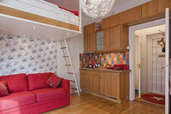 Красный диван, кровать-чердак и много других нестандартных решений для малогабаритки