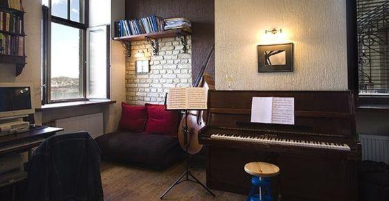 Крошечная квартира музыканта: 27 квадратных метров, где поместились камин, пианино, контрабас и многое другое