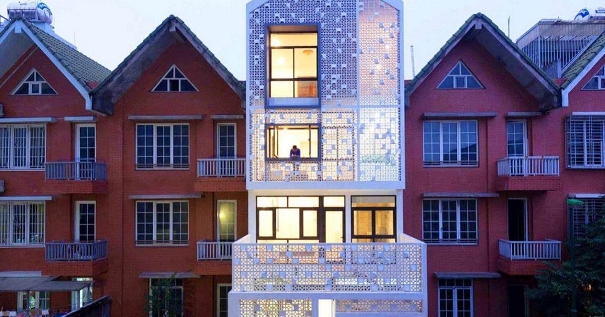 Проще - не значит хуже: дом с белоснежным перфорированным фасадом