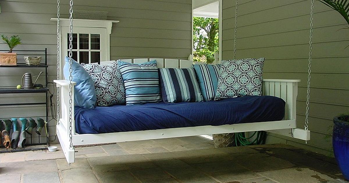 Необычное решение: подвесная кровать в интерьере и саду