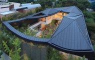 Архитектура: Сочетая традиции и современность: оригинальный особняк с изогнутой крышей