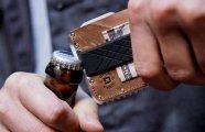 Новый «тактический» мультитул-рамка, который сделает бумажник еще полезнее