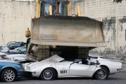 Автомобили: 20 люксовых автомобилей были нещадно раздавлены бульдозерами: кто и зачем так сделал