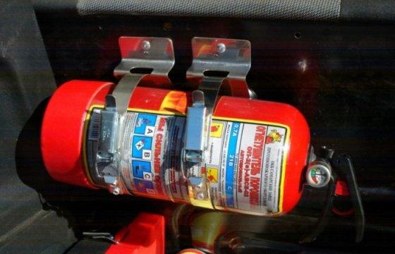 Огнетушитель и аптечка в автомобиле