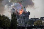 Архитектура: Горит Нотр-Дам в Париже: пожарные пытаются справиться с огнем