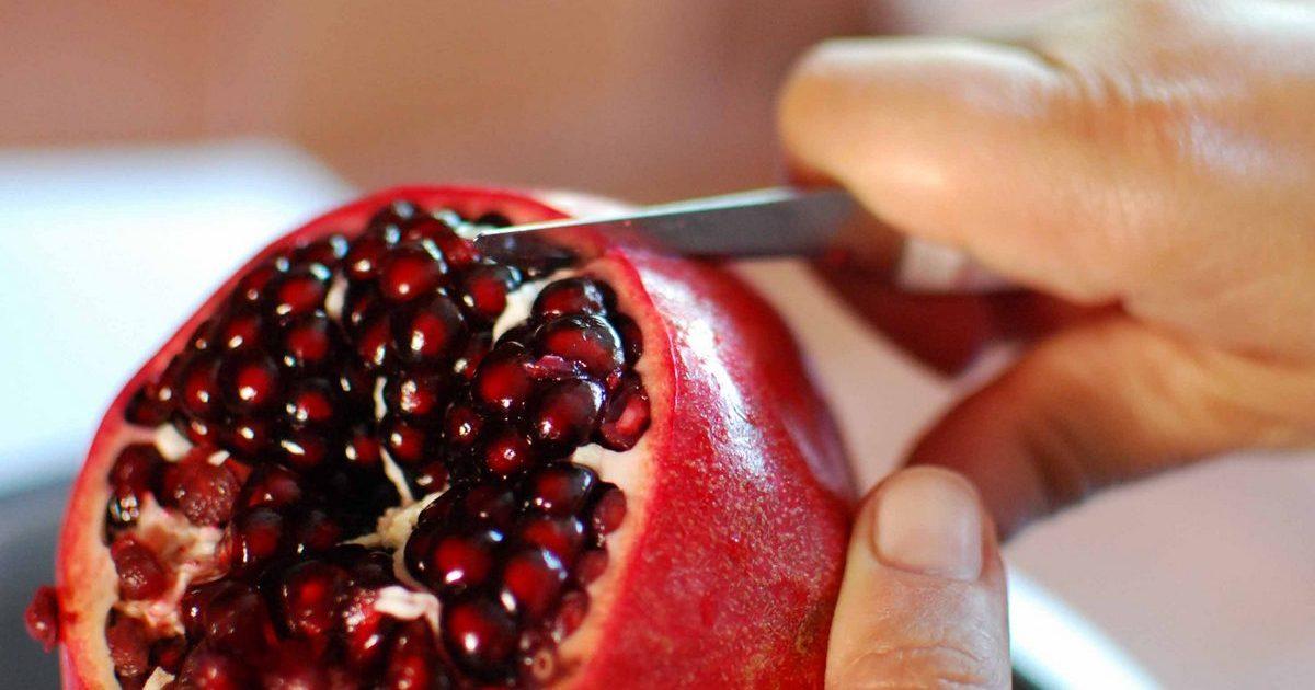 Как правильно разрезать гранат? 22 фото Как резать фрукт и как его быстро разделать, плод в разрезе и без косточек